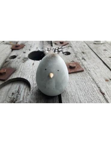 Lustiger Beton Vogel mit Feder grau grey