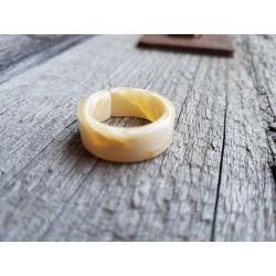 Ring Damenring Kunststoff beige weiß Phantasiemuster